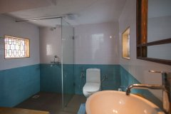 Casa Rosa Galgibag Beach Bathroom